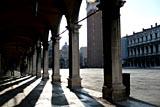 朝の聖マルコ広場、これはカフェ・フローリアン対岸より
